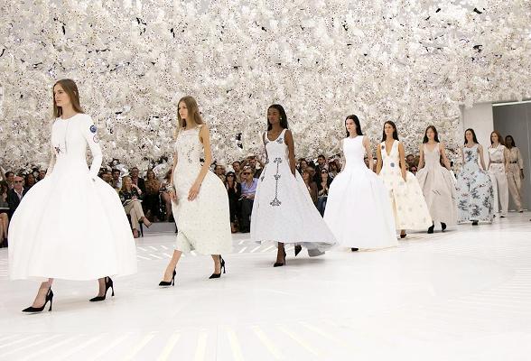 défilé Dior dans une salle remplie d'orchidées blanches