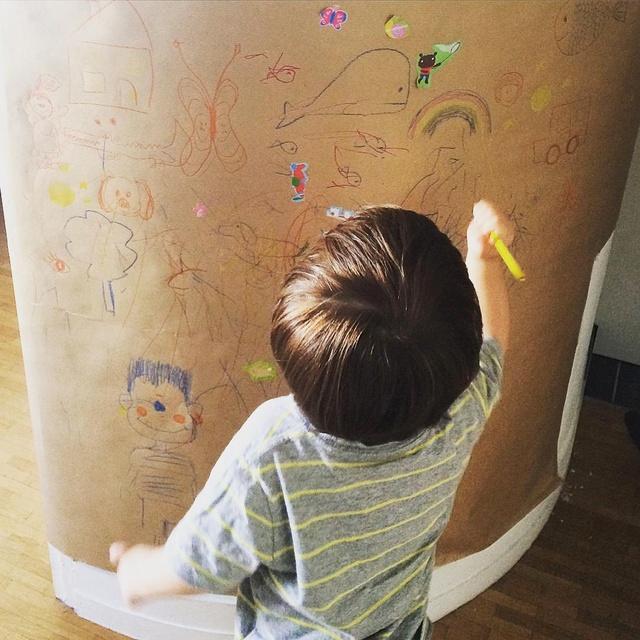 Charles en train de colorier