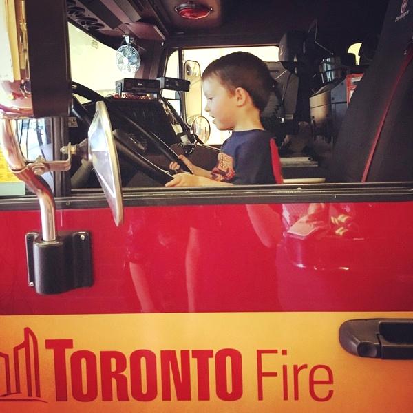 Charles dans un camion de pompier