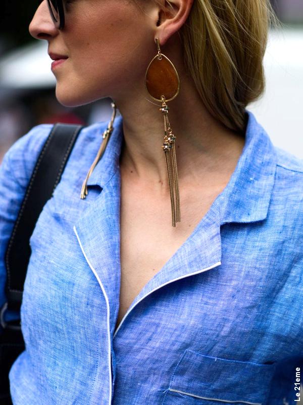 Chemise bleue + longues boucles d'oreilles