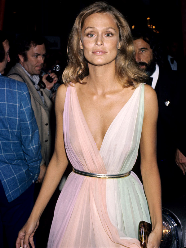 Lauren Hutton en robe arc en ciel