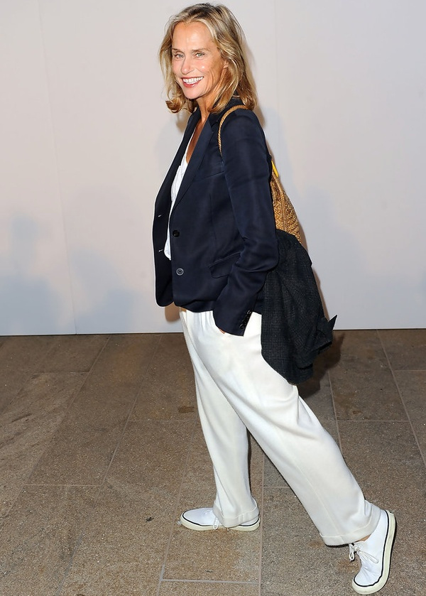 Lauren Hutton en pantalon blanc
