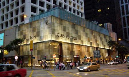 4ac10d47ccd2 Louis Vuitton est une maison française, mais qui de par son essence -  intrinsèquement liée au voyage-, a vite gagnée une renommée internationale.