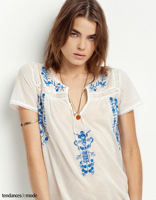 Blouse blanche en dentelle et broderie bleues et fleuries