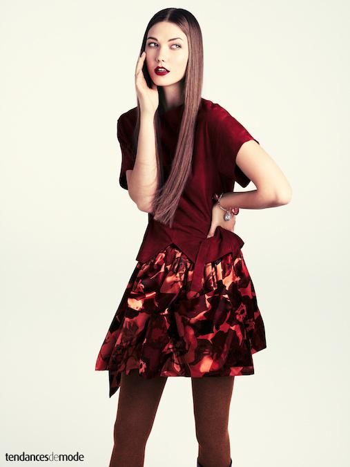 Top bordeaux asym�trique accompagn� d'une jupe fleurie r�chauff�e par une paire de collants brique