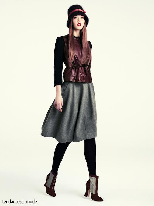Gilet en cuir sans manches port� avec une jupe ample en laine grise