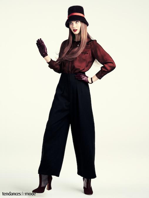 Blouse en soie bordeaux gliss�e dans un pantalon noir ultra large, le tout port� avec des bottines pointues