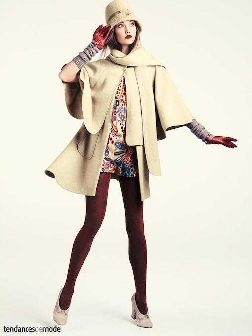 Robe sixties surmont�e d'un manteau cape beige et de longs gants en laine grise