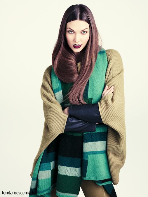 Pull chauve-souris en laine c�tel�e avec une �charpe ray�e vert clair, vert bouteille, et vert for�t.