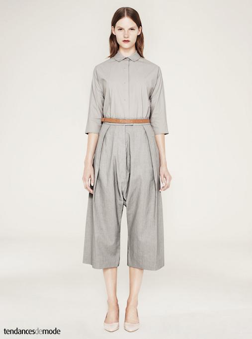 Pantalon gris, large taille haute, plissé et 7/8 accompagné d'une chemise gris clair aux manches 3/4