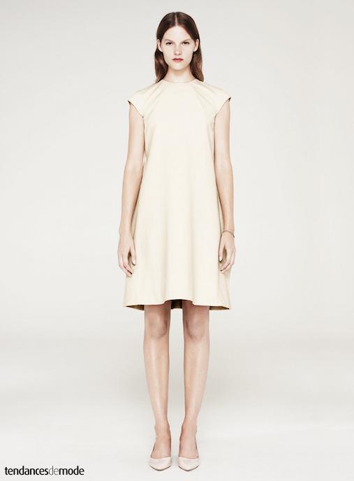 Robe blanc cassé au col rond, manches courtes raglan et longueur genou