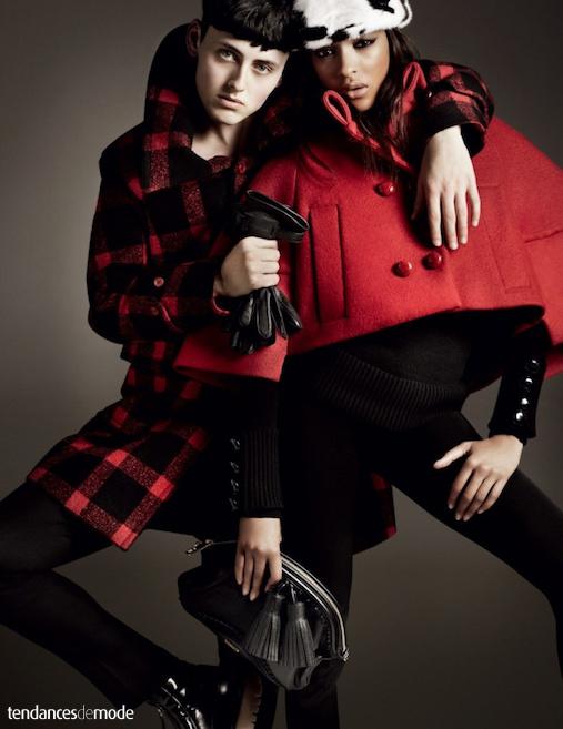 Matthew Whitehouse - Jourdan Dunn - Burberry - mini cape rouge - manteau écossais - pochette à pompons