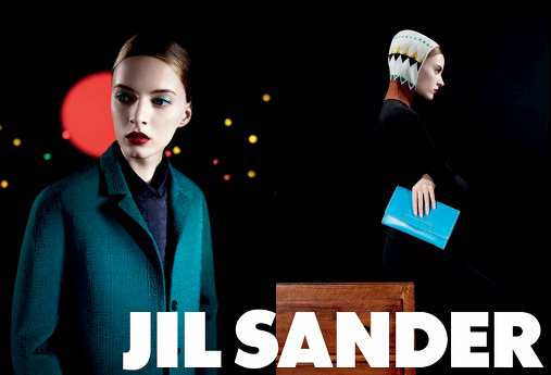 Daria Strokous/campagne Jil Sander/ manteau vert bouteille/ pochette turquoise/ sous-pull cagoule