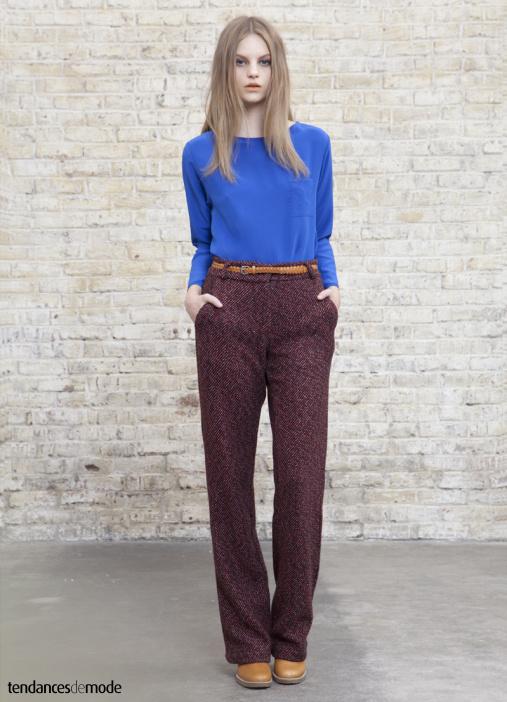Pantalon taille haute en laine bordeaux accompagné d'un top bleu électrique