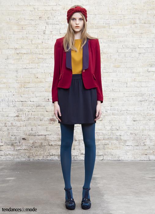 Veste cintrée bi-color portée avec un top jaune, une jupe taille haute violette et des collants bleus