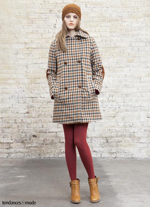 Manteau à carreaux porté avec des collants rouges et une paire de boots camel