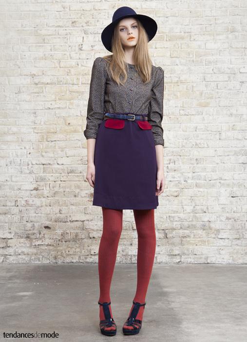 Fedora bleu marine associé à une chemise fleurie et à une jupe taille haute violette