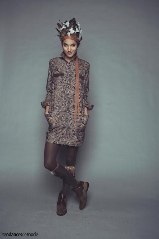 Robe chemise imprim�e, coiffe d'indien, boots patchwork