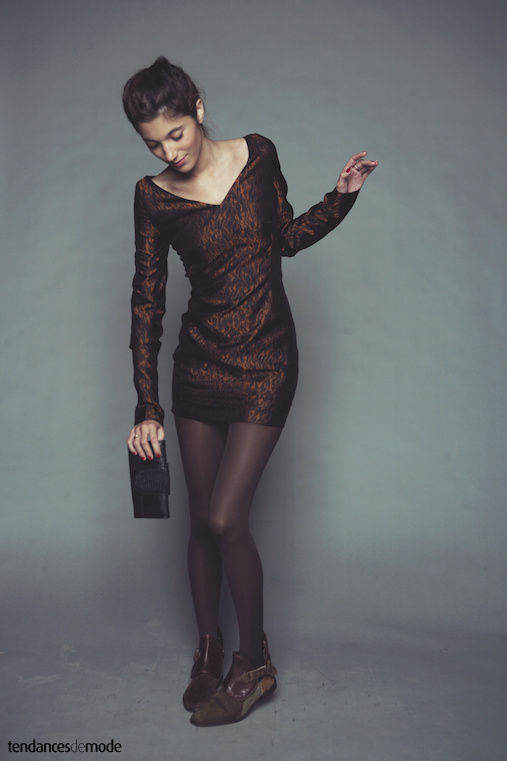 Mini robe imprim�e fauve � large encolure V et longues manches