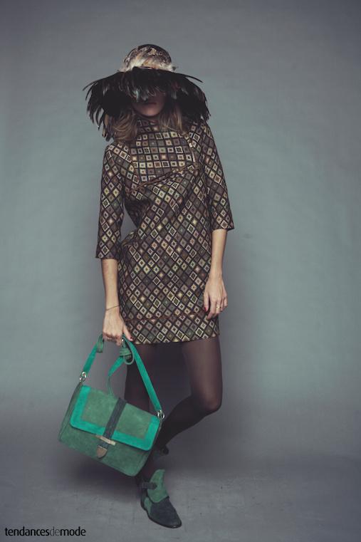 Robe droite imprim�e seventies accompagn�e d'un sac cartable en daim vert for�t, vert gazon et vert lagon