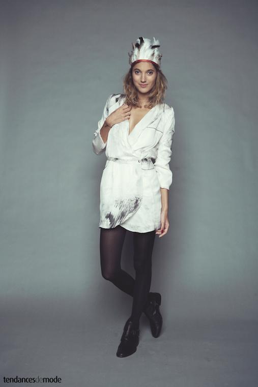Robe blanche porte-feuille port�e avec des boots noires � sangles