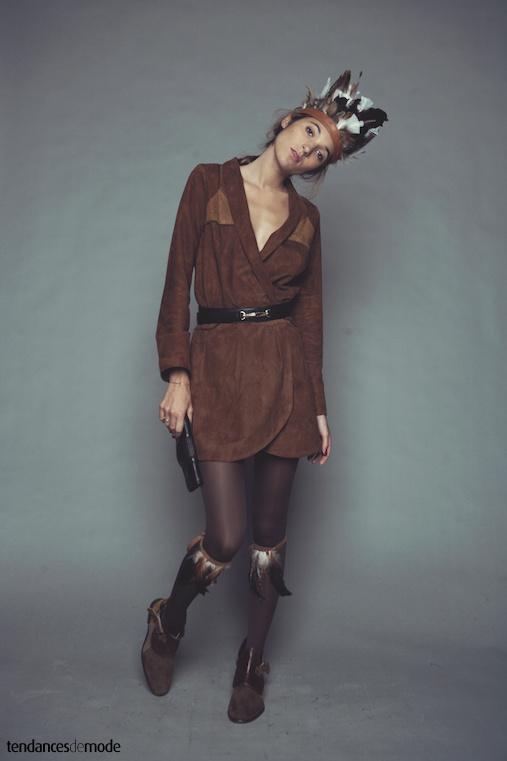 Robe porte-feuille en daim marron et camel port�e avec des boots en cuir marron et zipp�es
