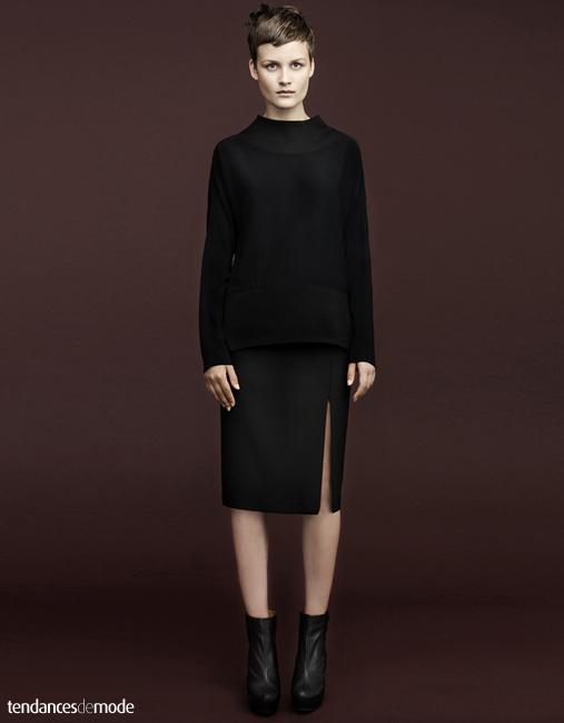 Pull noir col cheminé, jupe noire droite et fendue, boots noires