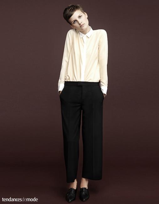 Chemise bi-color, pantalon à plis et court sur la cheville, derbys noires