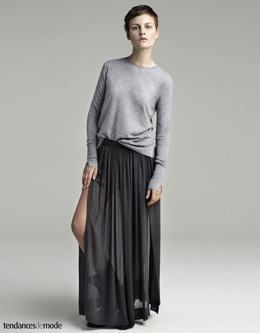 Pull très fin gris chiné, jupe grise plissée et transparente, boots de biker noires