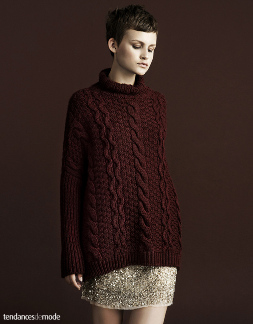 Long pull-over bordeaux torsad�, jupe courte � paillettes dor�es