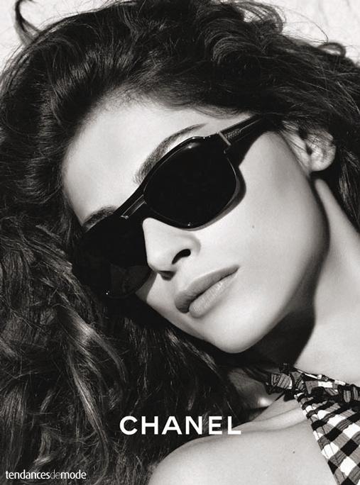 Elisa Sednaoui - lunettes de soleil noires - top vichy 1083c219973f