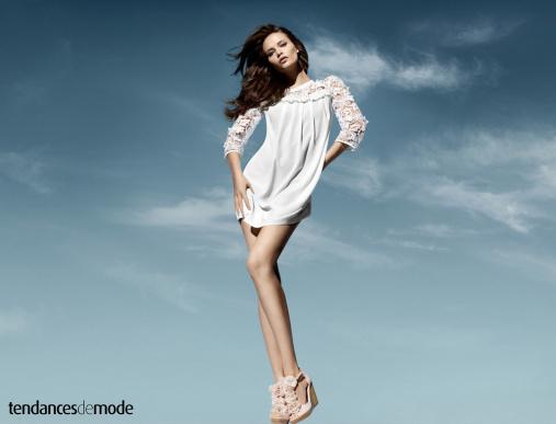 Mini robe blanche � manches en dentelle port�e avec des sandales compens�es roses