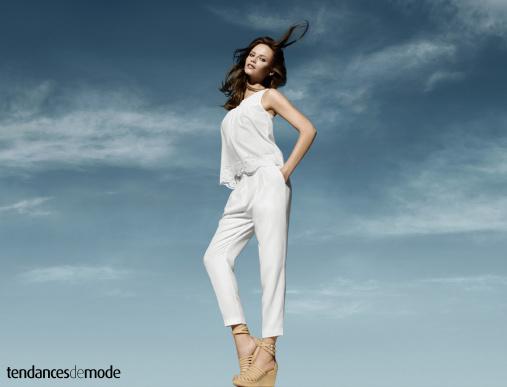 Top blanc avec d�tails en dentelle associ� � un pantalon � pinces blanc et 7/8