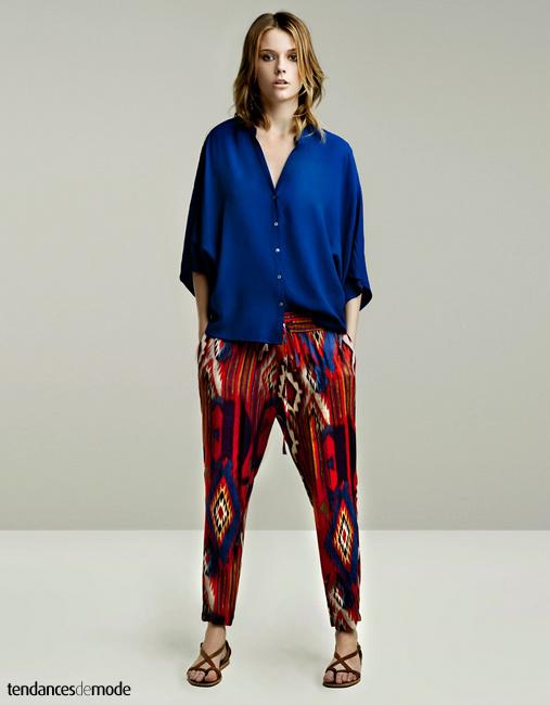 Chemise bleu Klein à demi glissée dans un pantalon ikat très coloré