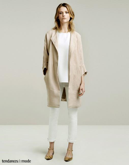 Veste 3/4 en lin beige surmontant un tee-shirt en soie blanche et un slim blanc