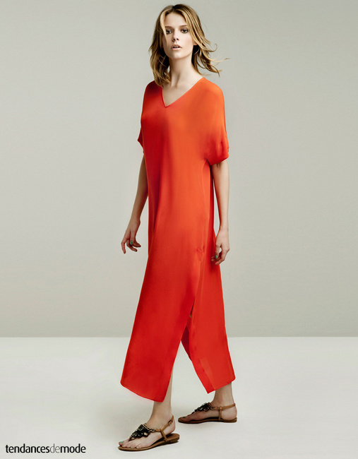 Robe longue, orange, encolure V, esprit djellaba