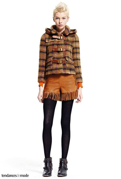 Micro duffle-coat à carreaux, mini short en cuir à franges