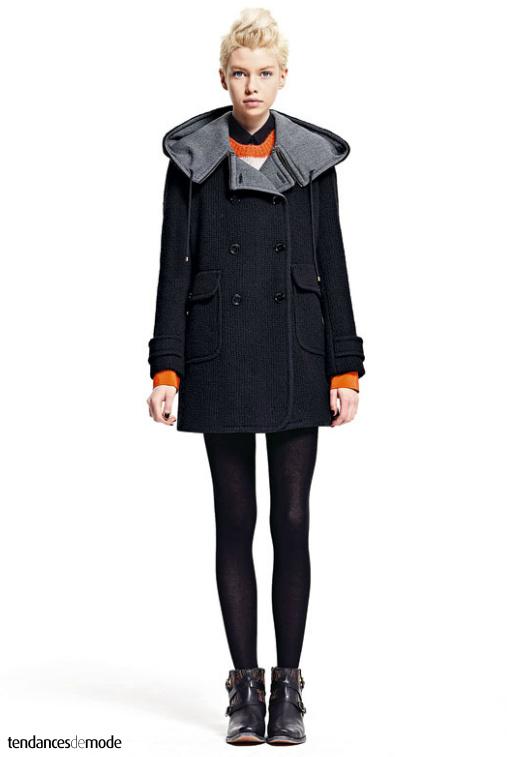 Duffle-coat noir doublé de gris, pull orange, chemise noire