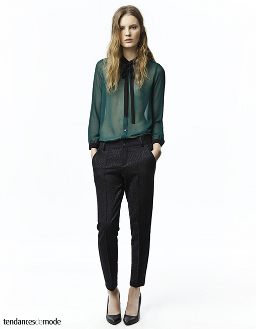 Chemise vert forêt, pantalon cigarette léopard noir, escarpins noirs