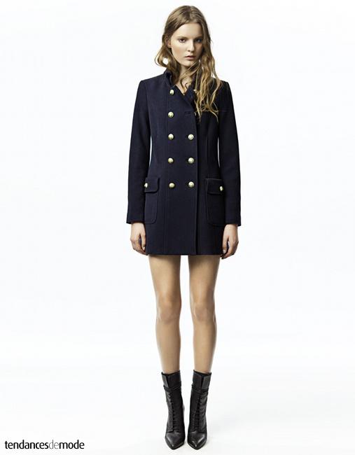 Manteau militaire bleu marine, bottines lacées noires