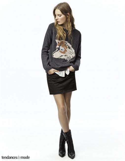 Pull gris à tête de chien, mini jupe noire, chemise blanche