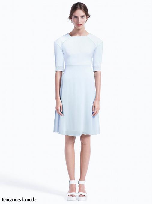 Robe blanche à épaules surdimensionnées et jupe longueur genou