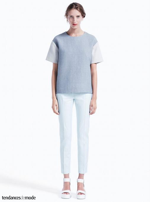 Top tee-shirt bicolore, pantalon cigarette blanc et sandales à sangles