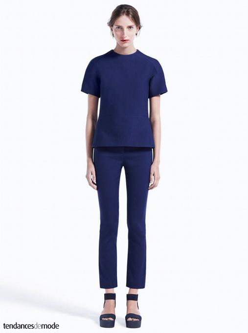Tee-shirt bleu outremer à manches raglantes et col cheminée, slim 7/8 et sandales noires