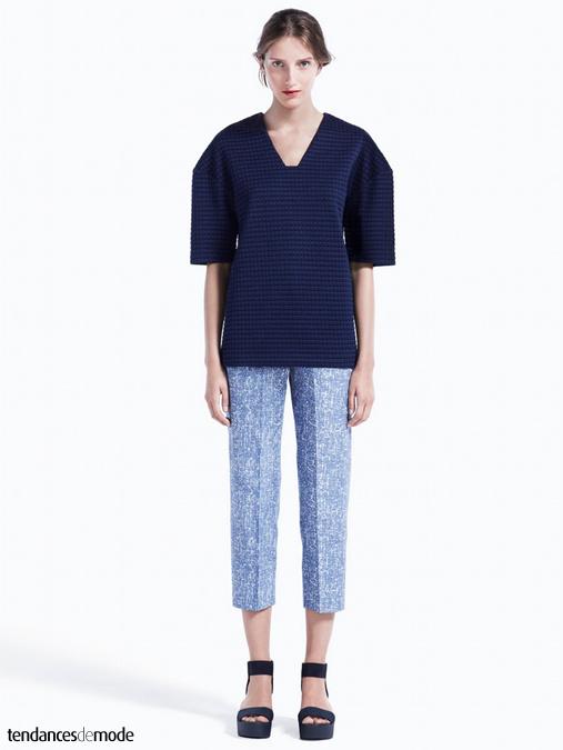 Top vichy minimaliste, pantalon capri imprimé et sandales à semelles épaisses