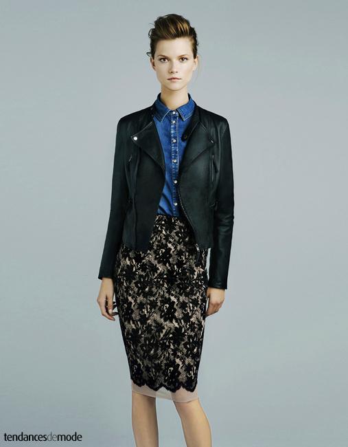 Perfecto en cuir noir, chemise en jean brut et jupe crayon en dentelle noire