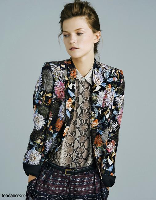 Blazer fleuri, chemise à imprimé python et pantalon aztec