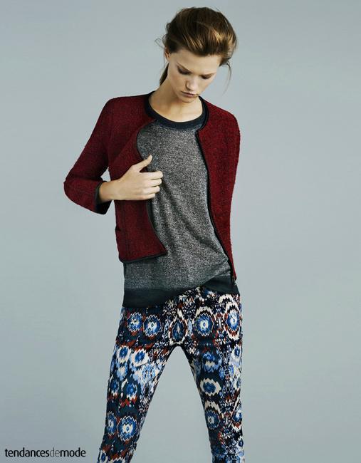 Gilet rouge chiné esprit Chanel, tee-shirt gris et leggings à imprimé aztec