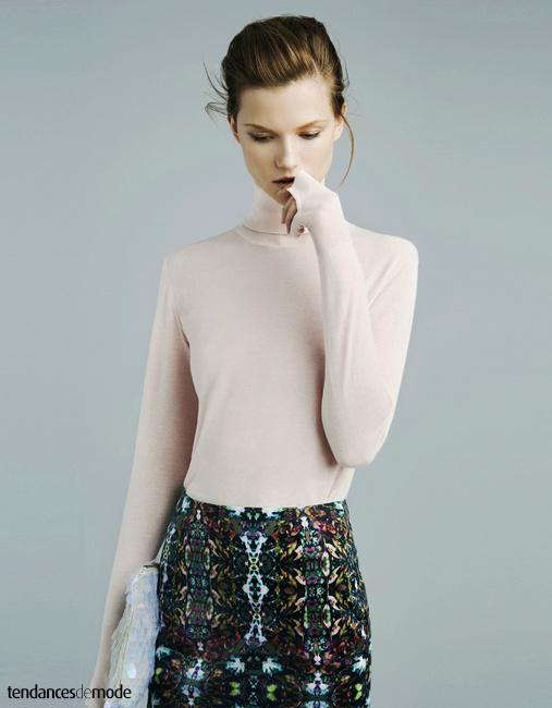 Kasia Struss porte une maxi pochette à paillettes en plexiglas