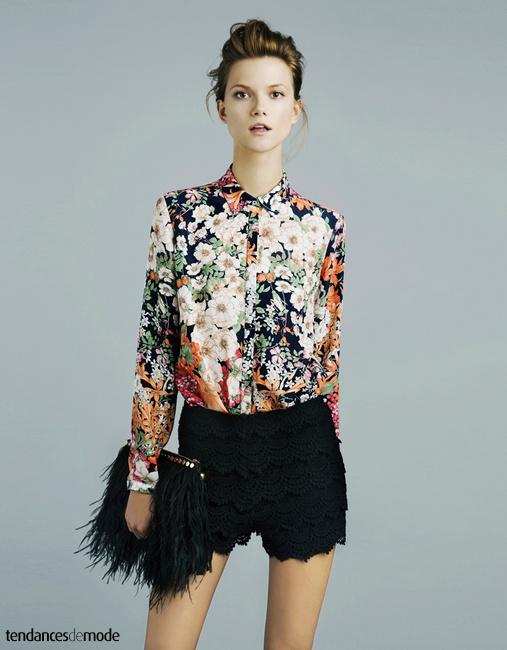 Chemise à fleurs, short noir en dentelle et pochette noire à plumes